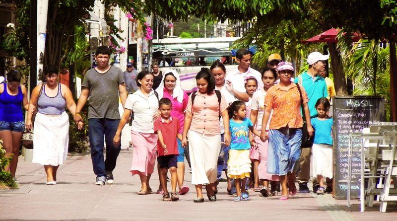 Une famille latino dans les rues de Caracas