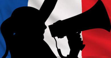 Femme avec mégaphone lançant un appel sur fonds de drapeau français