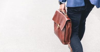 Un homme allant au travail avec son sac