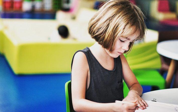 Une élève du primaire en classe