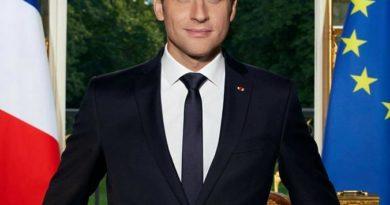 Portrait d'Emmanuel Macron dans son bureau à L'Elysée