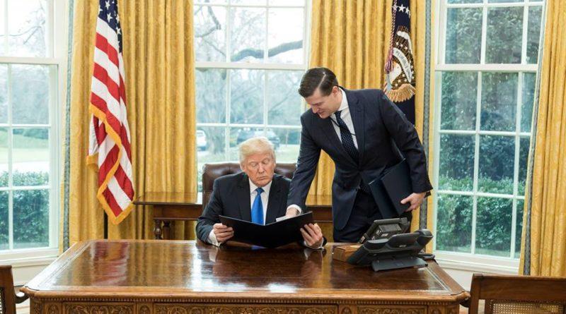Donald Trump dans le bureau ovale, en janvier 2017, avec le secrétaire du personnel de la Maison blanche Rob Porter