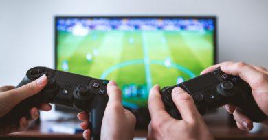 Deux joueurs de jeux vidéos, en plein dans une partie de foot