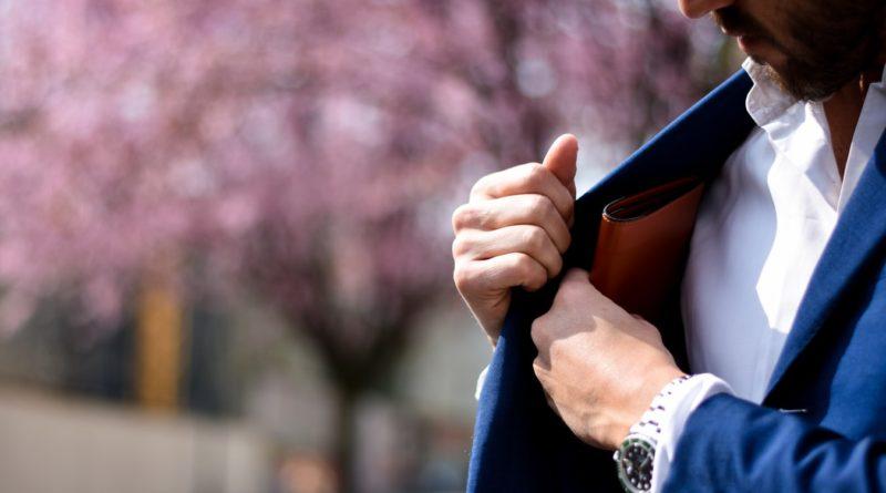 Un homme retirant un porte-monnaie de la poche de sa veste