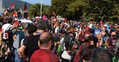 Des milliers de manifestants marchant d'Hendaye à Irun
