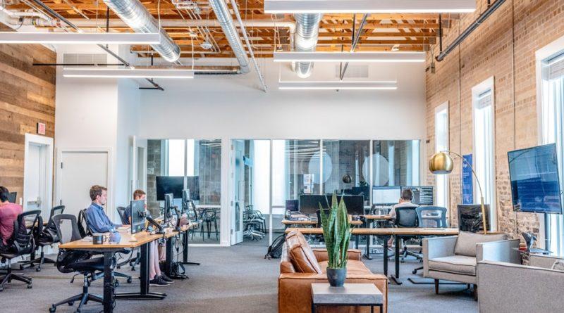 Des employés au travail dans un grand bureau