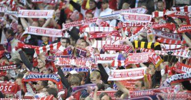 Des supporters dans les tribunes du stade Pierre Mauroy
