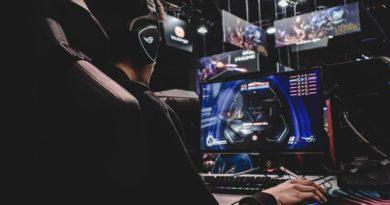 Un jeune homme jouant aux jeux vidéos