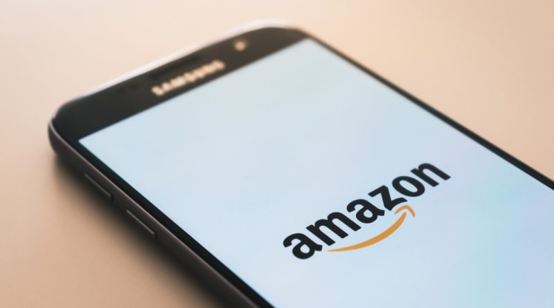 Un smartphone affichant le logo d'Amazon, leader mondial du commerce en ligne