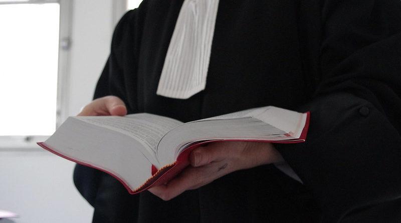 Un avocat ouvrant le code de procédure civile.