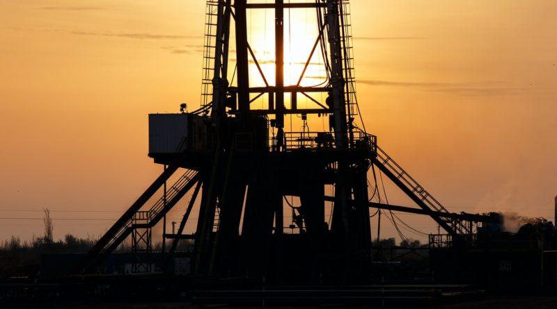 Une installation pétrolière au coucher du soleil.