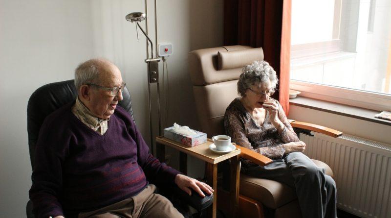 Un couple de seniors dans une maison de retraite.