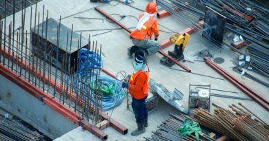 Des travilleurs du bâtiment (construction) sur un chantier.