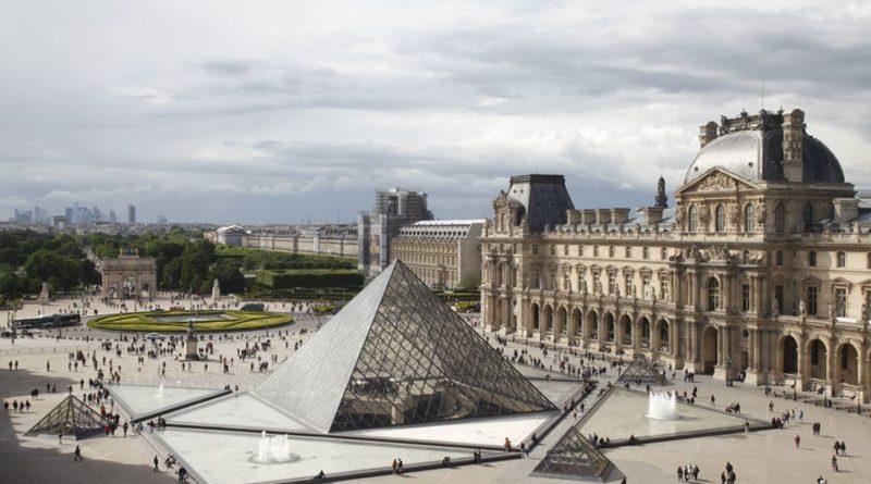 Une vue panoramique du musée du Louvre.