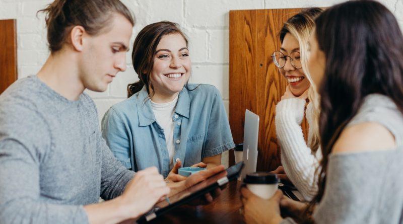 De jeunes employés d'une startup discutant autour d'une table.