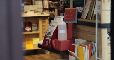 Une librairie à Paris, en France.
